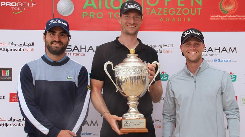 Sebastian Heisele (mi.) gewinnt auf der Pro Golf Tour. Hurly Long (re.) wird Dritter, Antoine Rozner (li.) holt sich den zweiten Platz. (Foto: Pro Golf Tour)