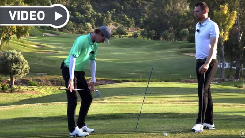 Lukas Eisinger und Joscha Lampe demonstrieren die richtige Hüftbewegung im Golfschwung. (Bildquelle: YouTube/ Screenshot)