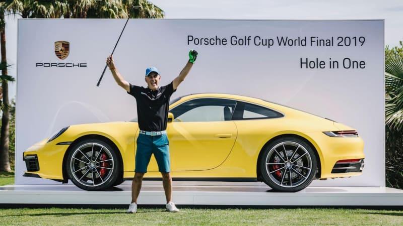 Der Italiener Marco Leoni freut sich nach seinem Hole-in-One über den nagelneuen gelben Flitzer im Hintergrund. (Foto: Porsche)