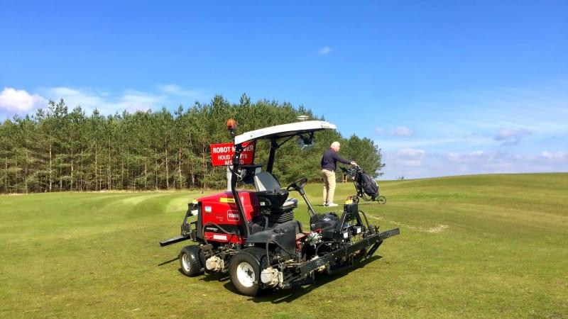 Kollege Maschine bei der Arbeit: Auf dem Golfkurs The Links Valley in Ermelo/Niederlande ist ein autonomer Fairway-Mäher im Einsatz. (Foto: MichaelF. Basche)