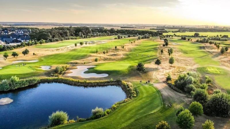 Der Players Course von West Golf ziert das Titelblatt des Golfkalenders 2020. (Foto: Alex Pielok)