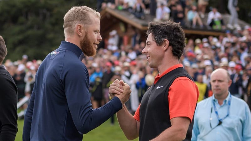 Rory McIlroy zollt dem Omega-European-Masters-Sieger Sebastian Söderberg Respekt für seine Leistung. (Foto: Getty)