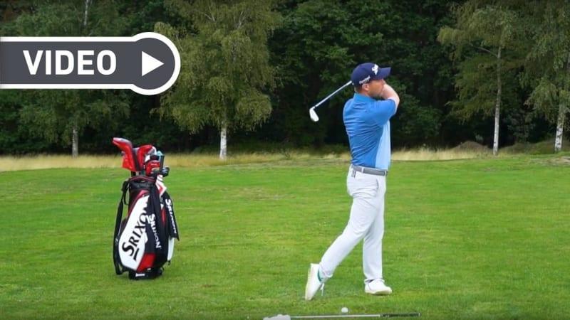 Fabian Bünker erklärt, wie man richtig durch den Ball schwingt. (Foto: YouTube / Golf in Leicht)