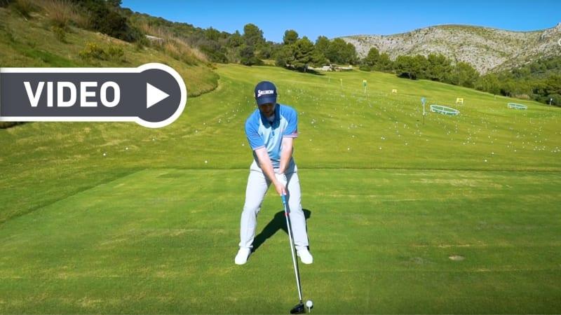Wie man den Ball optimal mit dem Driver trifft, zeigt Ihnen Fabian Bünker. (Foto: YouTube/Golf in Leicht)