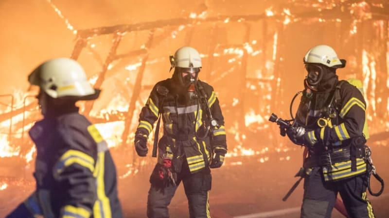 Eine Lagerhalle des Golf-Club Hamburg Wendlohe stand in der Halloween.Nacht in Flammen. (Foto: Twitter.com/@TAG24HH)