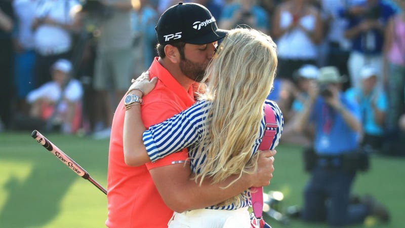 Jon Rahm mit seiner Verlobten Kelley Cahill nach dem Triumph in Dubai. (Foto: Getty)