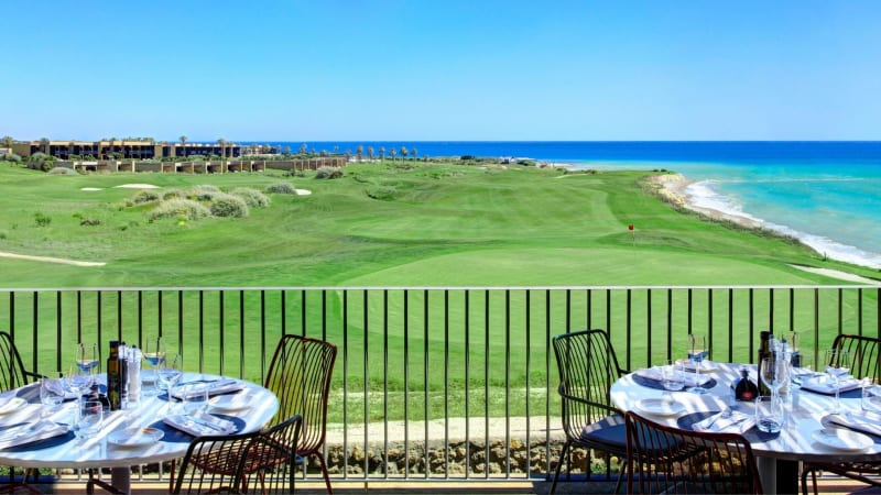 Links die luxuriösen Häuser des Resorts, rechts das blaue Meer und in der Mitte verläuft der Golfplatz. (Foto: Azalea)