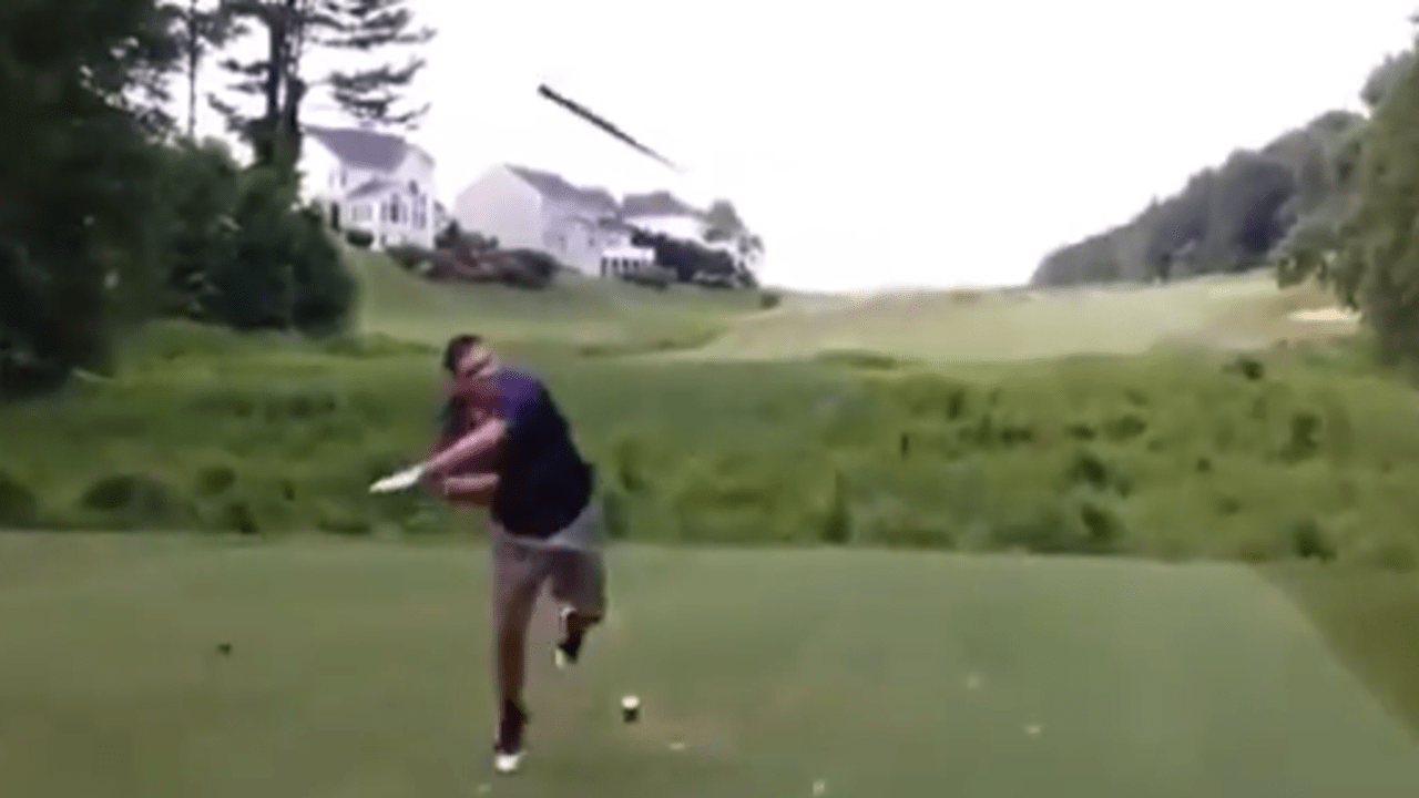 Golfer wirft Driver auf Flightpartner