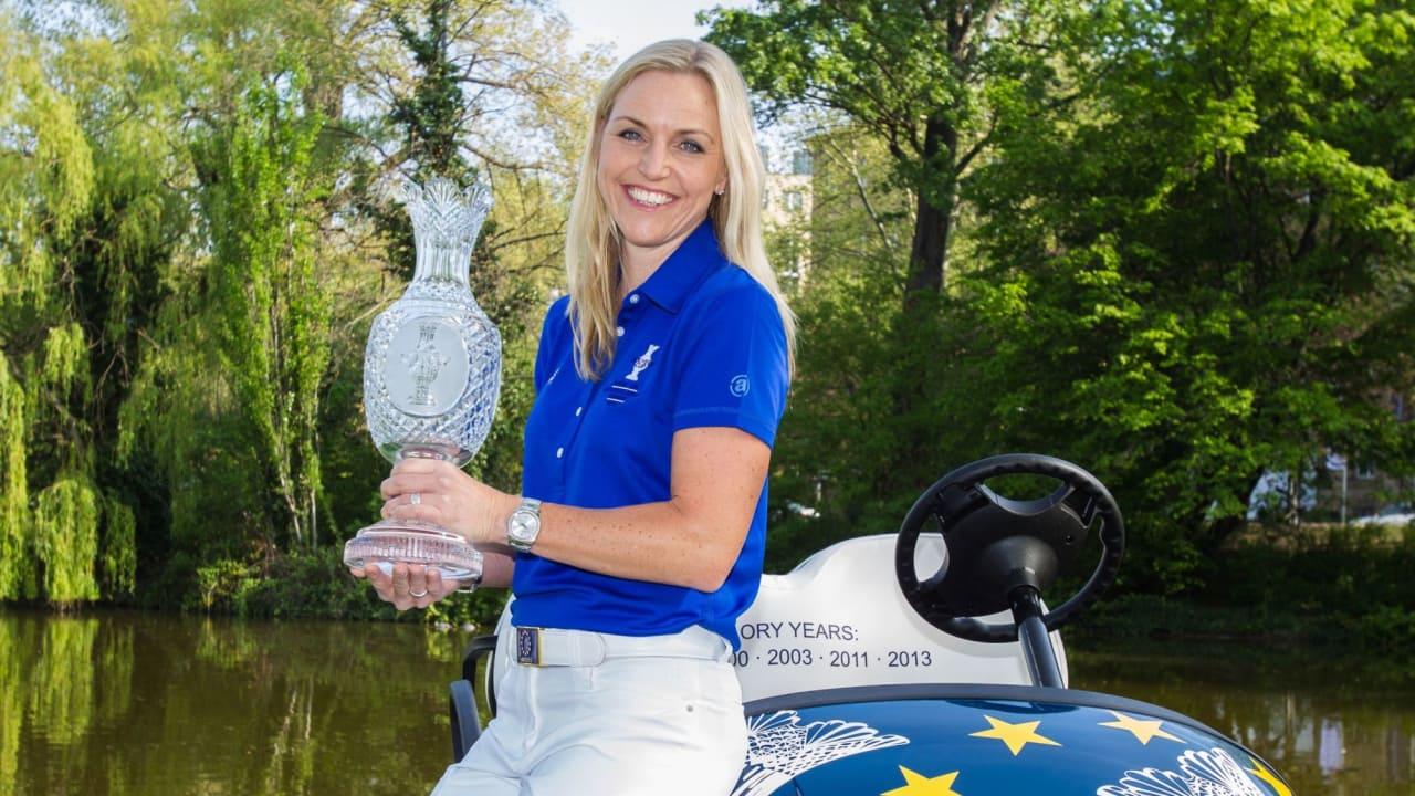 Die europäische Team-Kapitänin für den Solheim Cup 2015 mit der Trophäe: Carin Koch. (Foto: GC St. Leon-Rot)