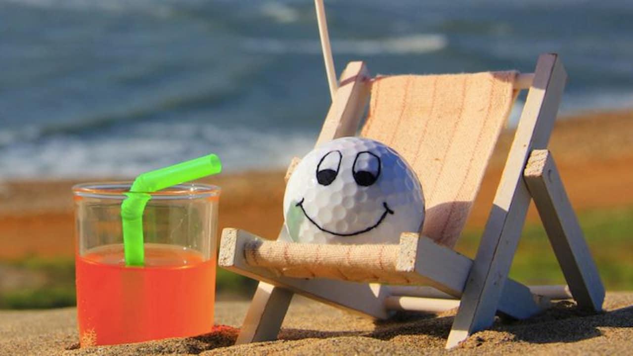 BoB beginnt seine Reise mit viel Zuversicht und trinkt sich am Strand noch etwas Mut an. (Foto: BoB)