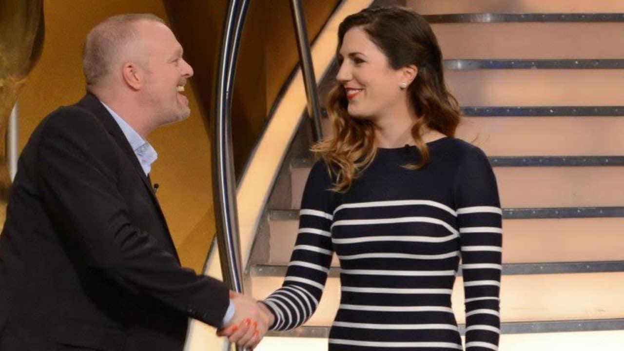 Sandra Gal besuchte Stefan Raab in TV Total und machte einen kleinen Wettbewerb im Chippen gegen den Entertainer.