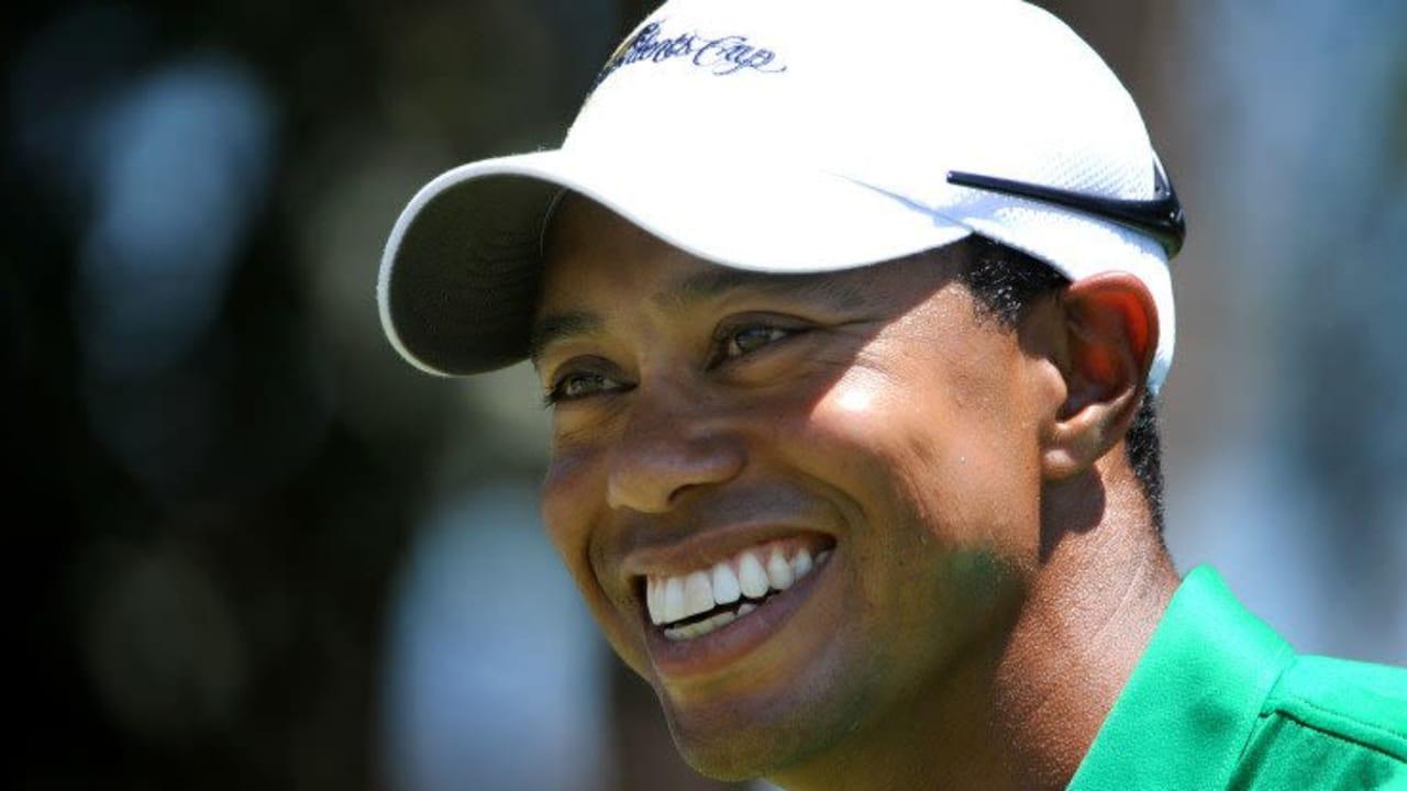 So lächelt Tiger Woods gerne auf dem Golfplatz. Doch am Wochenende verging im das Lachen beim Angesicht der Zahnlücke, die er zu kaschieren versuchte. (Foto: Getty)