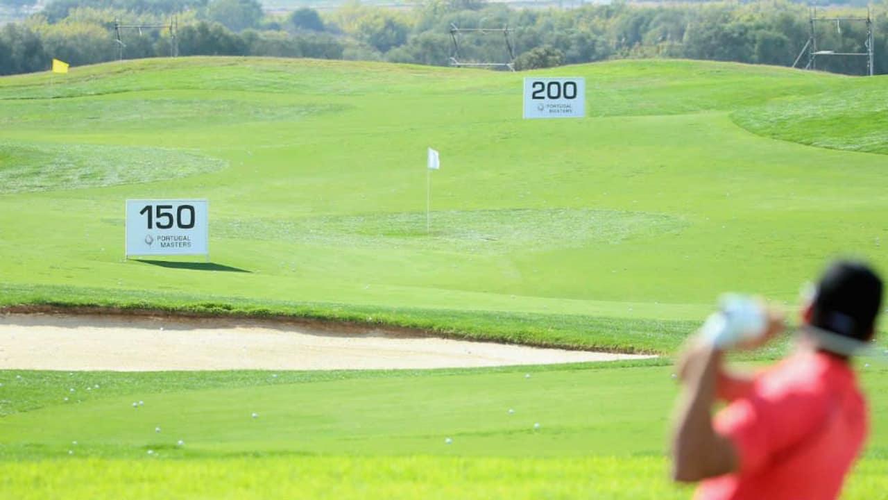 Die Größe eines Golfplatzes lässt sich meist nur erahnen. Gefahr, den Ball neben den Golfplatz zu schlagen, läuft man eher selten (Foto: Getty)