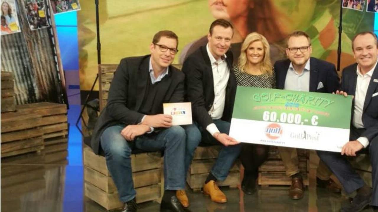 Matthias Gräf (2. v. r.) übergibt Golf-Charity Scheck beim RTL-Spendenmarathon.