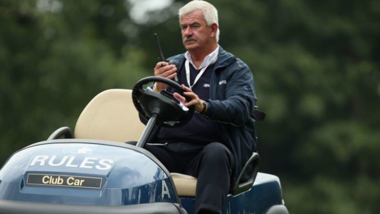 Alle Hände voll zu tun - Die Referees müssen auch in kuriosen Fällen regelfest sein. (Foto: Getty)