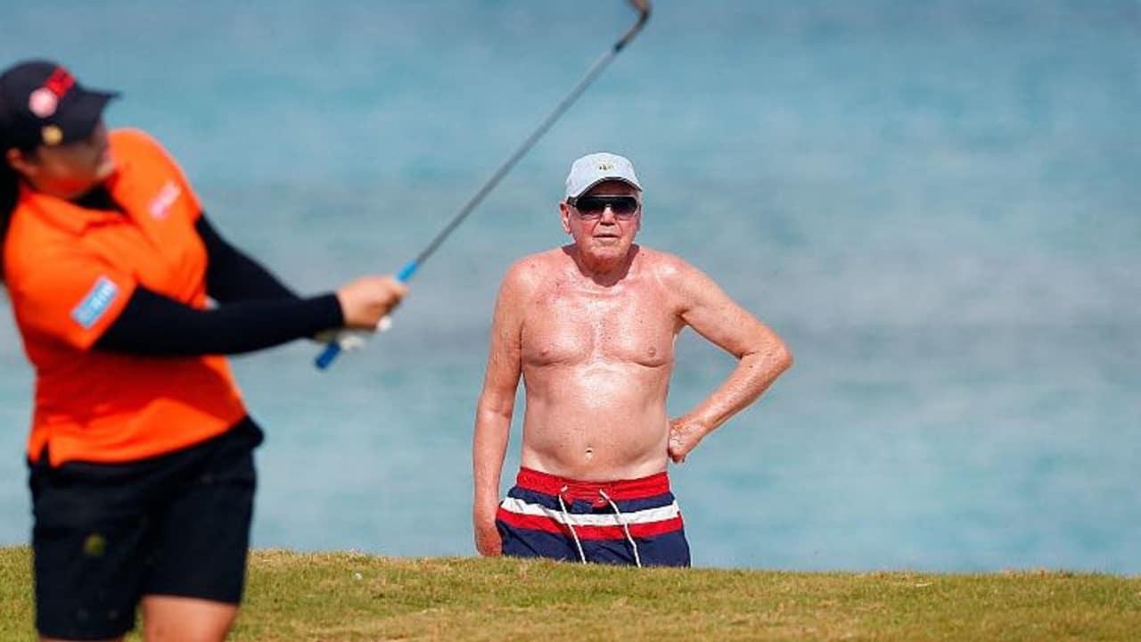 Ein Badegast beobachtet das Spiel der Pure Silk Bahamas LPGA Classic im Ocean Club auf den Bahamas. (Foto: Getty)