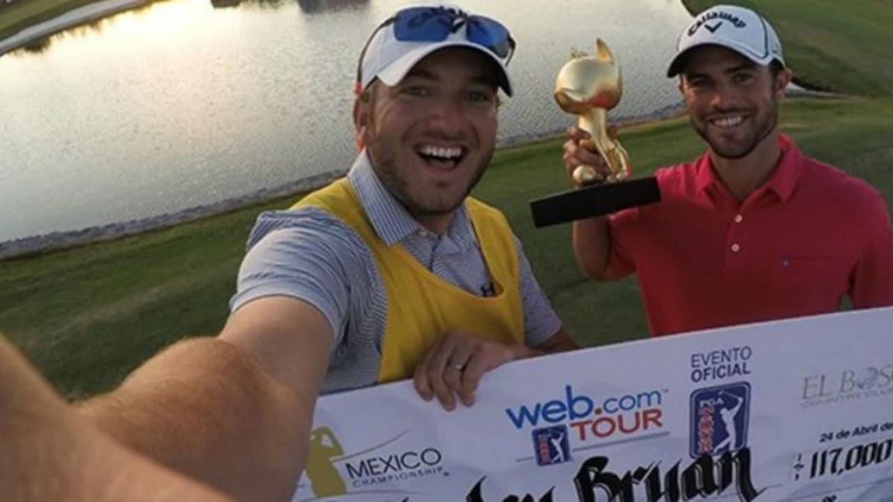 Wesley Bryan und Callaway's Social Media Manager Chad Coleman als sein Caddy feiern den Sieg bei der El Bosque Mexico Championship. (Foto: twitter.com/HashtagChad)