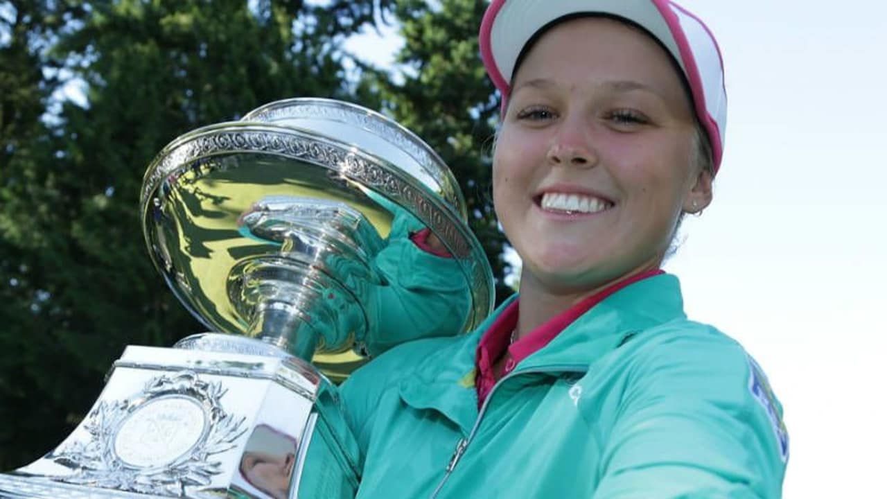 Brooke Henderson holt sich den Pokal und ihrn ersten majorsieg bei der KPMG Women's PGA Championship. (Foto: Getty)