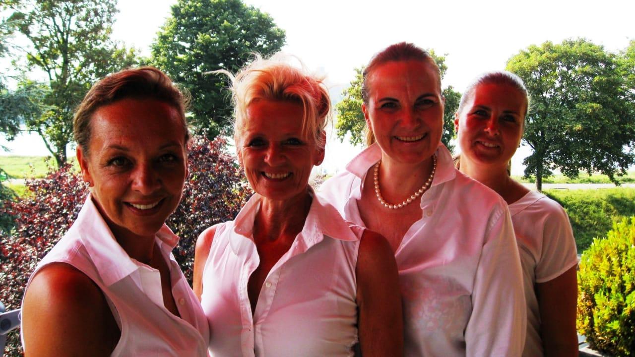 Hier zu sehen: Die Vorstandsmitglieder des Driving Queens Ladies for Charity e.V. (Geshe Höhne, Susanne Fiederer, Sue Bischoff, Michaela Wolf). (Foto: Driving Queens)