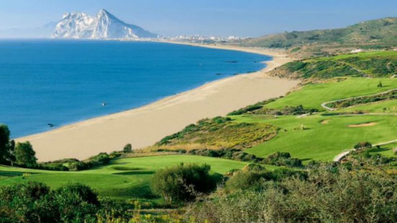 Vom Küstenkurs des Alcaidesa Links hat man einen traumhaften Blick entlang der Wasserkante auf Gibraltar. (Foto: Alcaidesa Links)