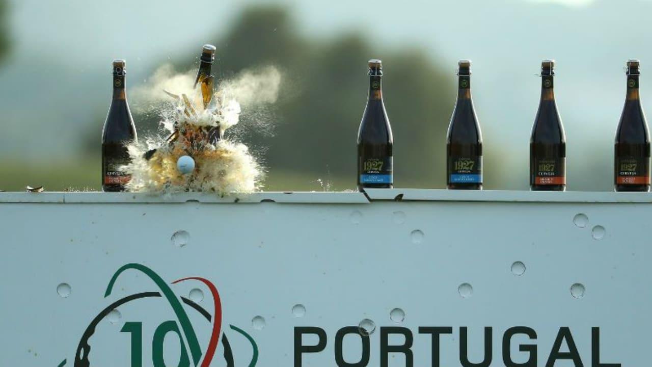 Scherben bringen Glück: Drei Profis sorgen für eine Menge Spaß bei der Flaschen-Challenge vor dem Portugal Masters. (Foto: Getty)