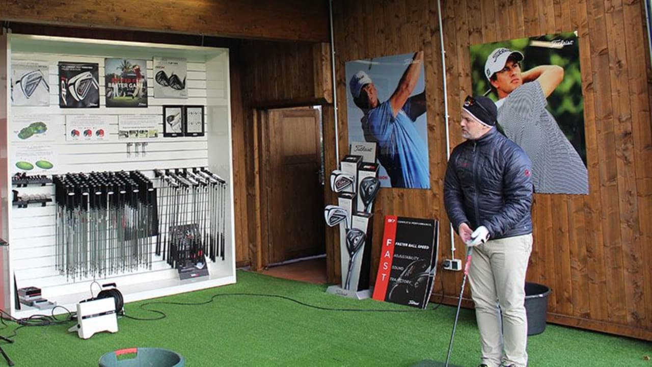 Im Titleist Fitting Centre im GC Am Alten Fliess wurde ein glücklicher Golf Post Leser (re.) von einem Titleist Fitting-Experten (li.) mit dem neuen Titleist 917D Driver ausgestattet. (Foto: Golf Post)