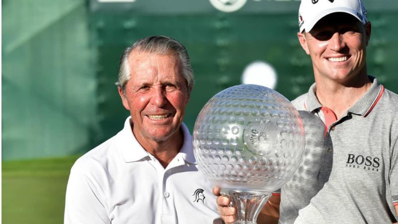 Gary Player (r.) überreicht Alex Noren die wohlverdiente Trophäe zu seinem Sieg bei der Nedbank Golf Challenge. (Foto: Getty)