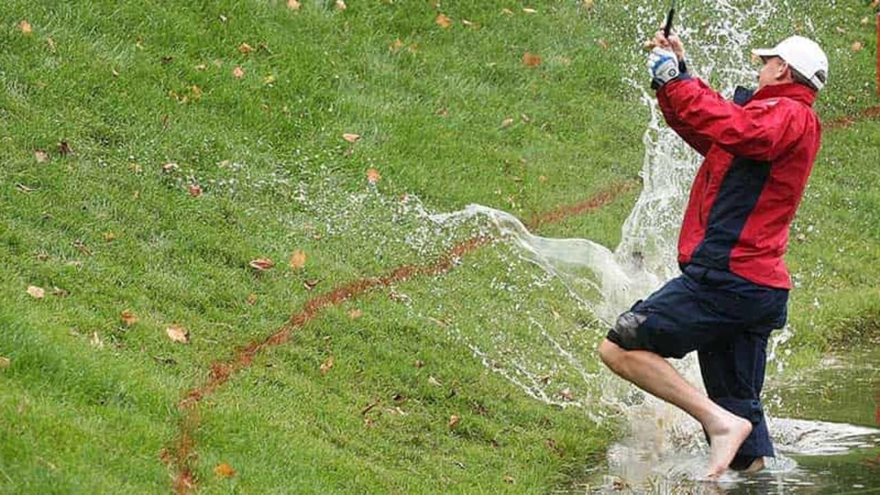 Seitliche Wasserhindernisse sind durch rote Markierungen gekennzeichnet. (Foto: Getty)
