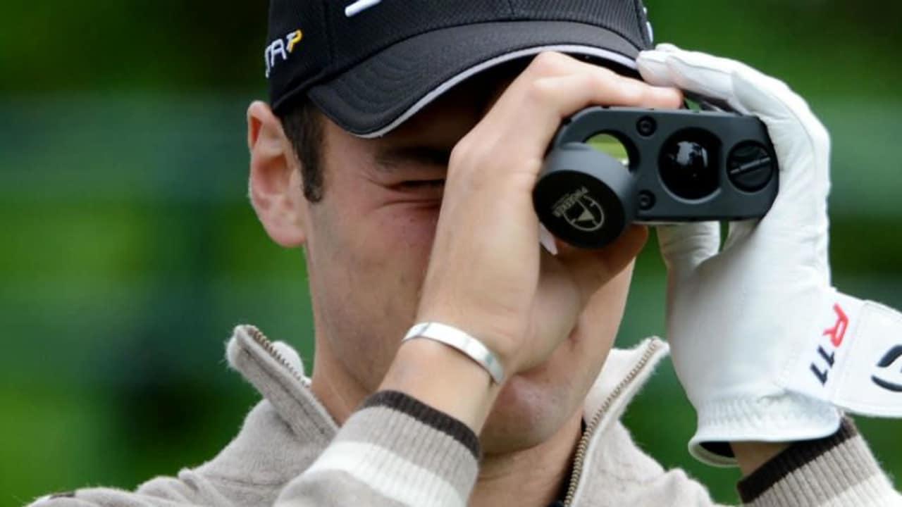 Martin Kaymer benutzt einen Entfernungsmesser im Vorfeld der U.S. Open. (Foto: Getty)
