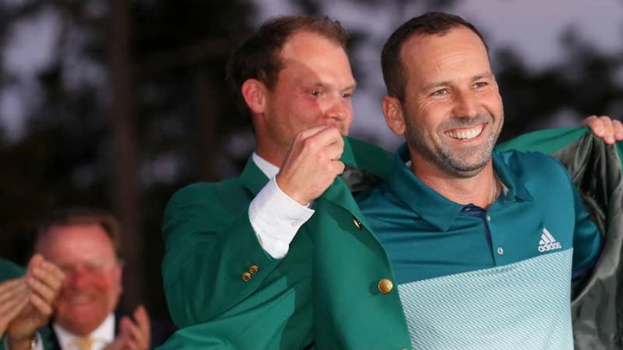 Mit einem breiten Lächeln nimmt Sergio Garcia das Green Jacket beim US Masters 2017 in Empfang. (Foto: Getty)