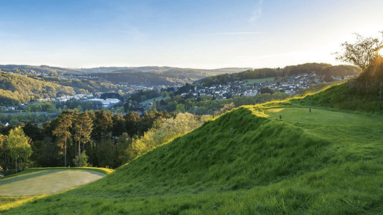 Der Lüderich: Spektakuläre Aussicht vom Abschlag. Jetzt eine Mitgliedschaft mit Golf Post Special abschließen. (Foto: Der Lüderich)