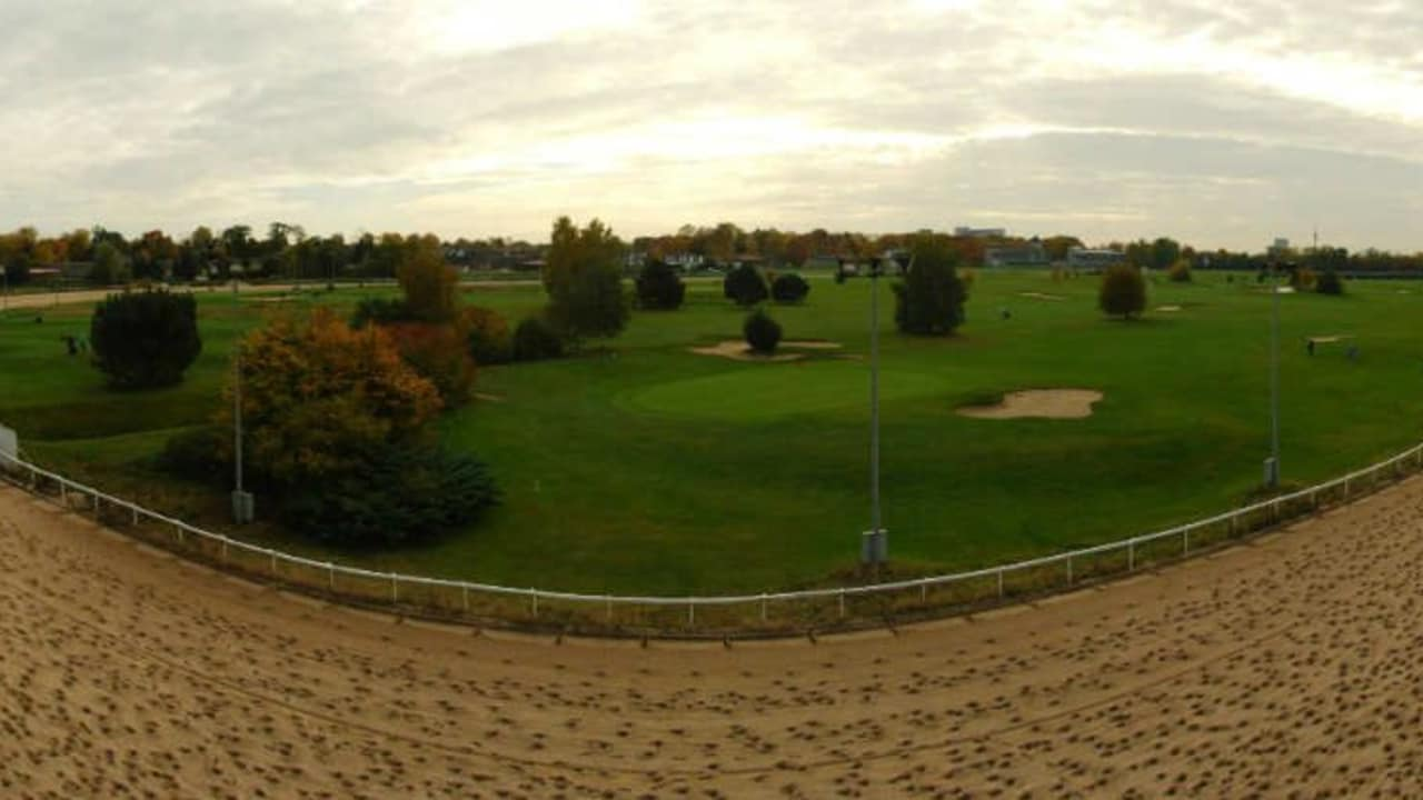 Die GolfRange Anlage in Dortmund ist teilweise von einer Pferderennbahn eingefasst. (Foto: GolfRange)