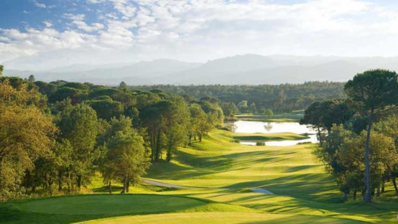 Das Iconic Hole 13 auf dem Stadium Course des PGA Catalunya Resorts (Foto: PGA Catalunya).