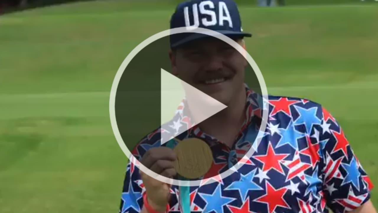Wenn man gerade nichts anderes zur Hand hat: Mark Hamilton nutzt seine Golfmedaille als Ballmarker. (Foto: Twitter.com/@WebDotComTour)
