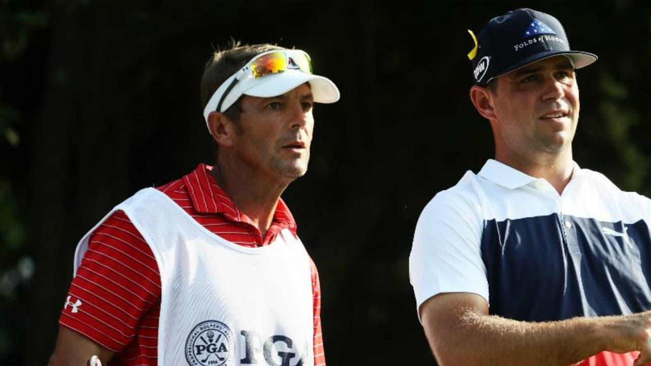 Gary Woodland mit seinem Caddie bei der PGA Championship 2018. (Foto: Getty)