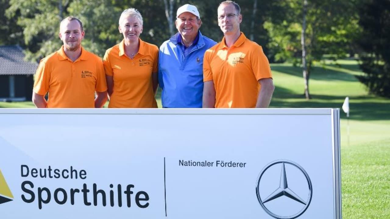 Richard Stowasser (blaues Poloshirt) aus der Golf Post Community mit seinem