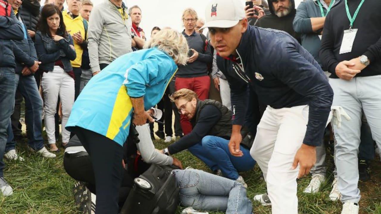 Brooks Koepka erkundigt sich nach der Zuschauerin, die er mit seinem Abschlag im Gesicht traf. (Foto: Getty)