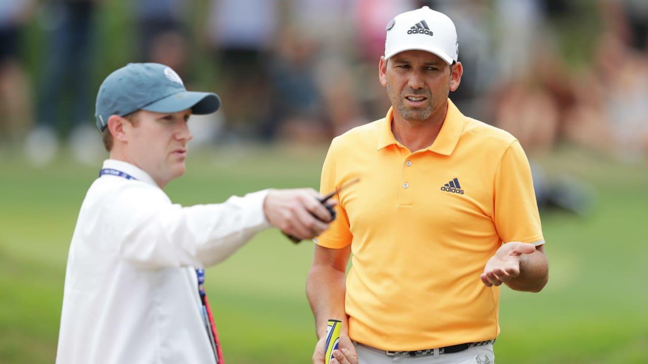 Sergio Garcia spricht mit einem Regelhüter. Ab 2019 ändern sich grundlegende Golfregeln. (Foto: Getty)