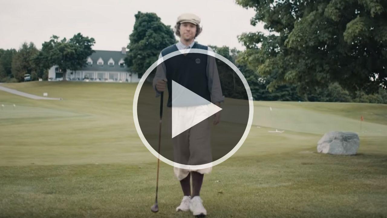 Für den Besuch von Adventures in Golf bei der Hickory Open gehört natürlich das richtige Outfit. (Foto: Youtube.com/Skratch)