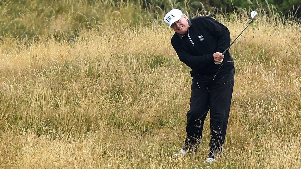 Donald Trump beim Golfspielen auf einem seiner zahlreichen Plätze. (Foto: Getty)