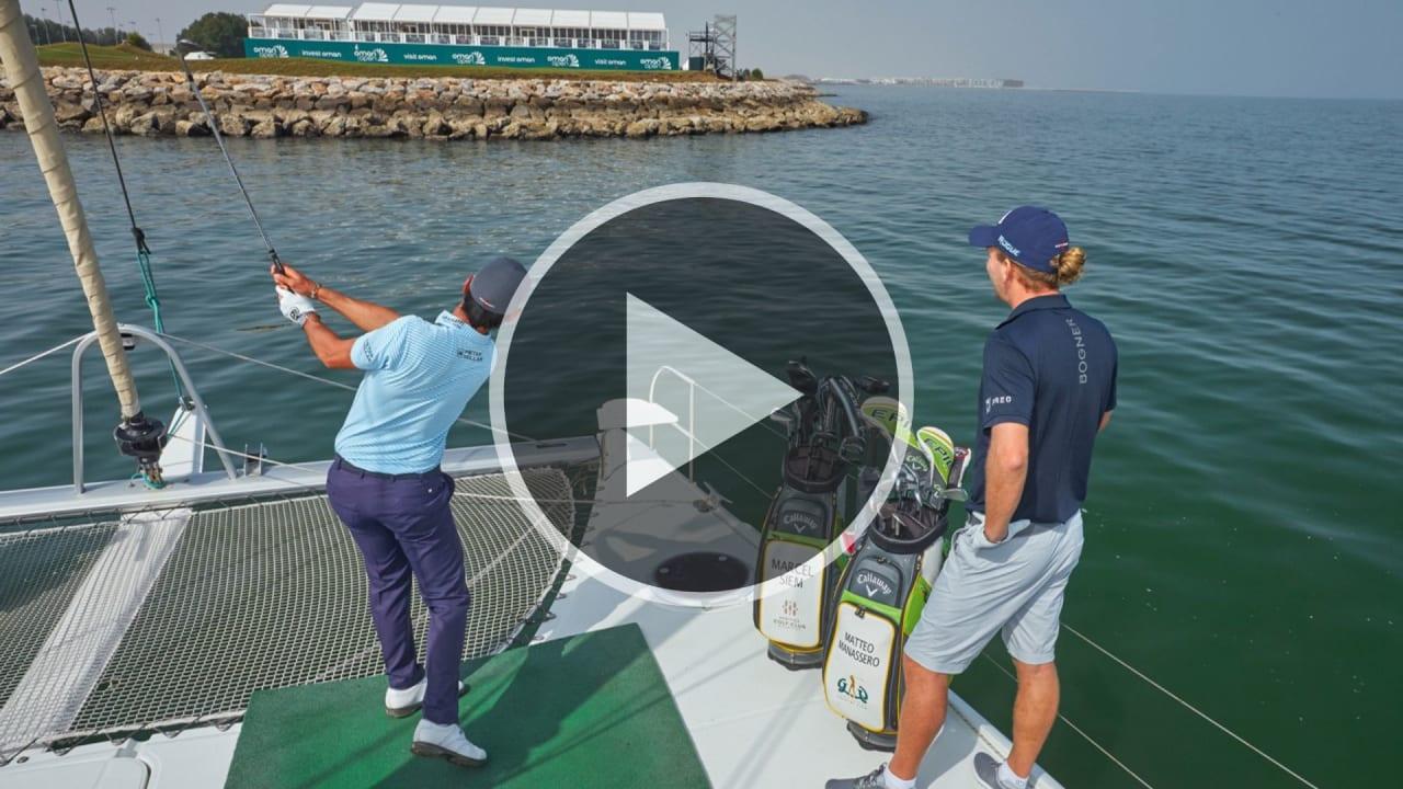 Marcel Siem und Matteo Manassero vor der Küste des 18. Loch von Al Mouj Golf. (Foto: Al Mouj Golf Pressemittelung)