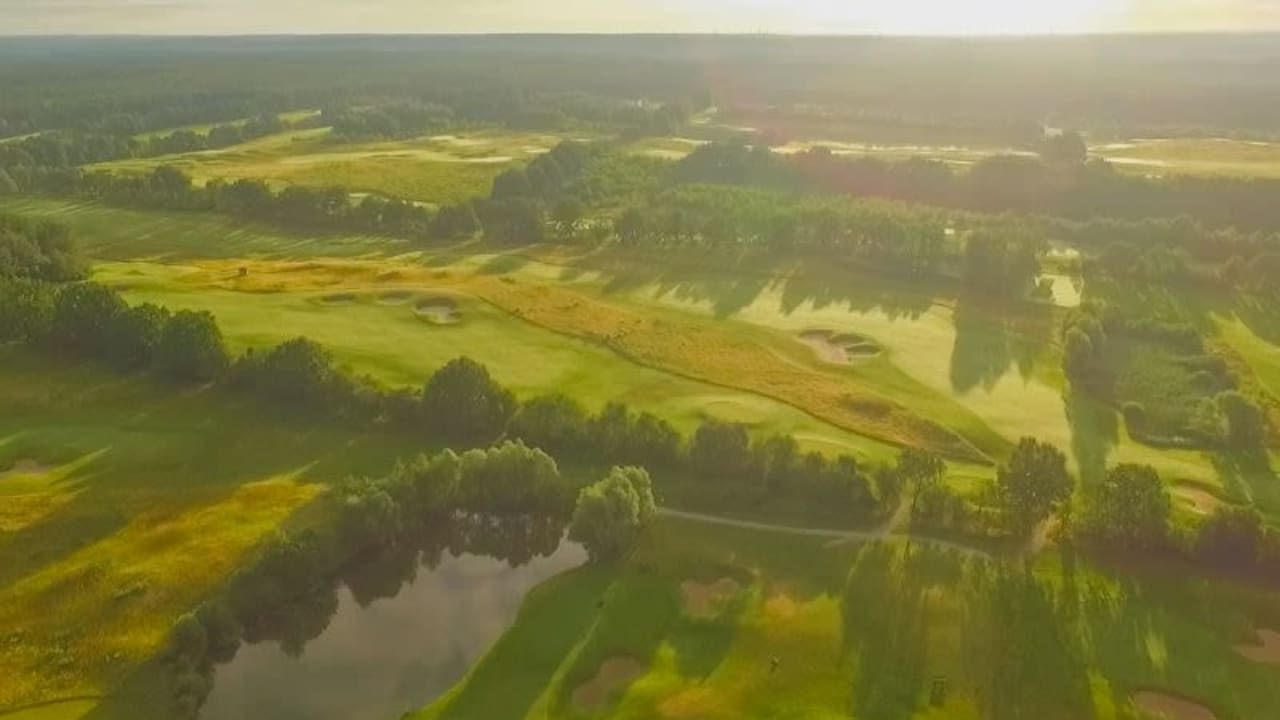 Es geht wieder los! Der Sandy Lyle Platz im Golfpark Schloss Wilkendorf öffnet wieder seine Tore. (Bildquelle: Golfpark Schloss Wilkendorf)
