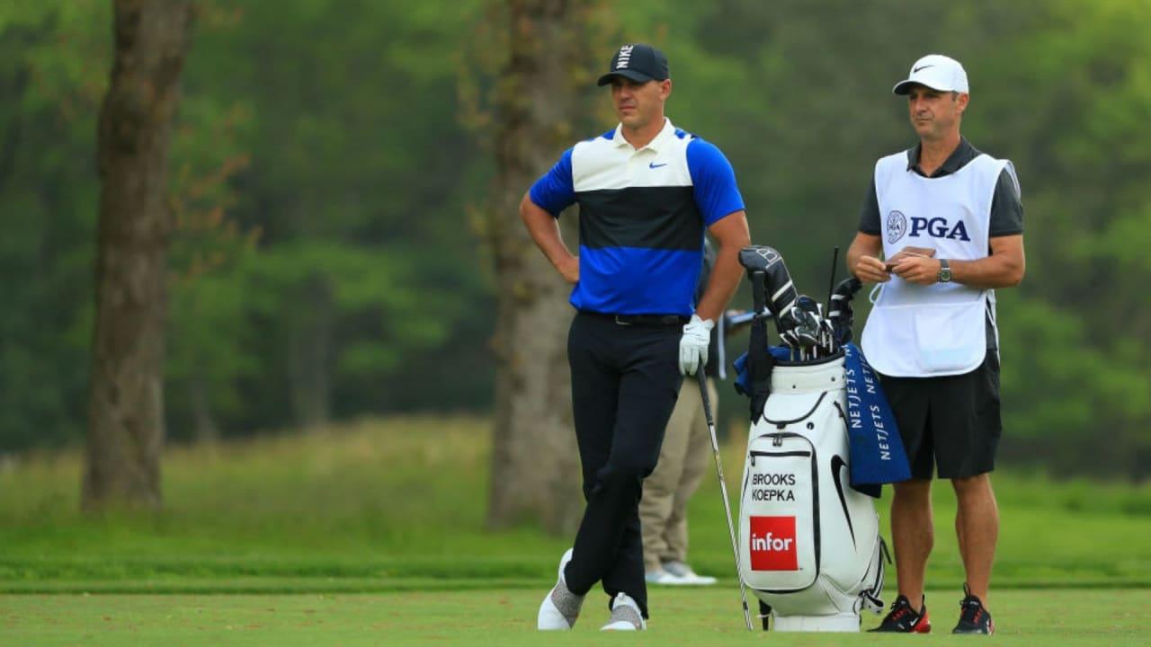 Brooks Koepka gemeinsam mit seinem Caddie auf dem Bethpage Black Course. (Foto: Getty)