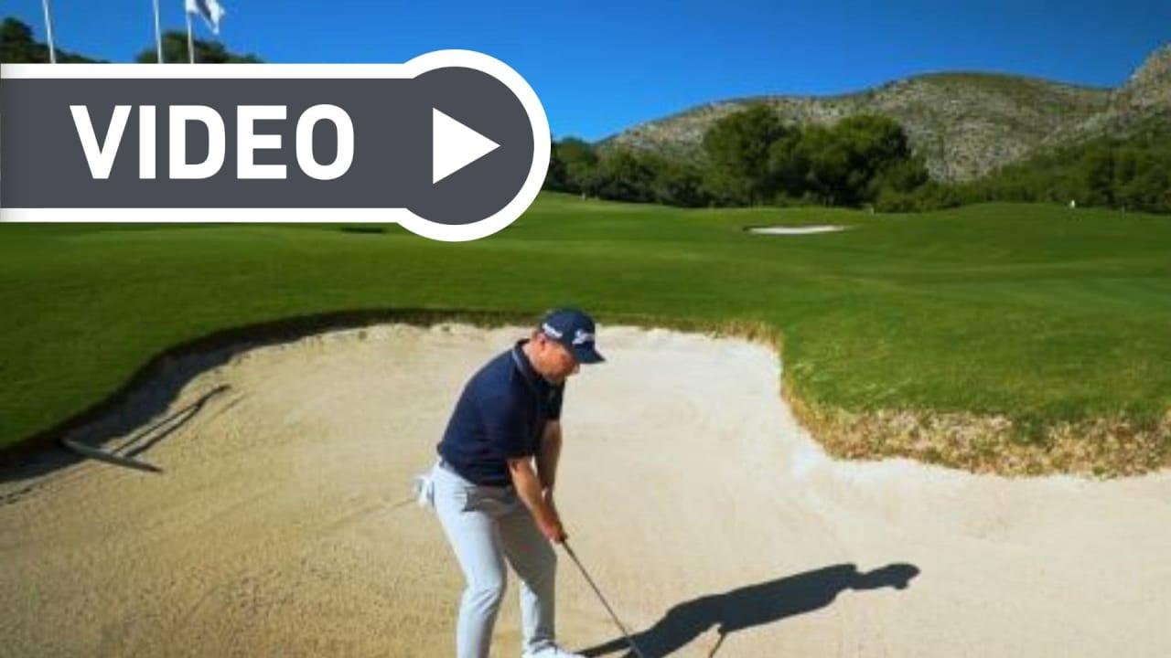 Fabian Bünker, der Headcoach von Golf in Leicht macht vor, wie man im Bunker spielen sollte und was man besser vermeidet. (Foto: Getty)