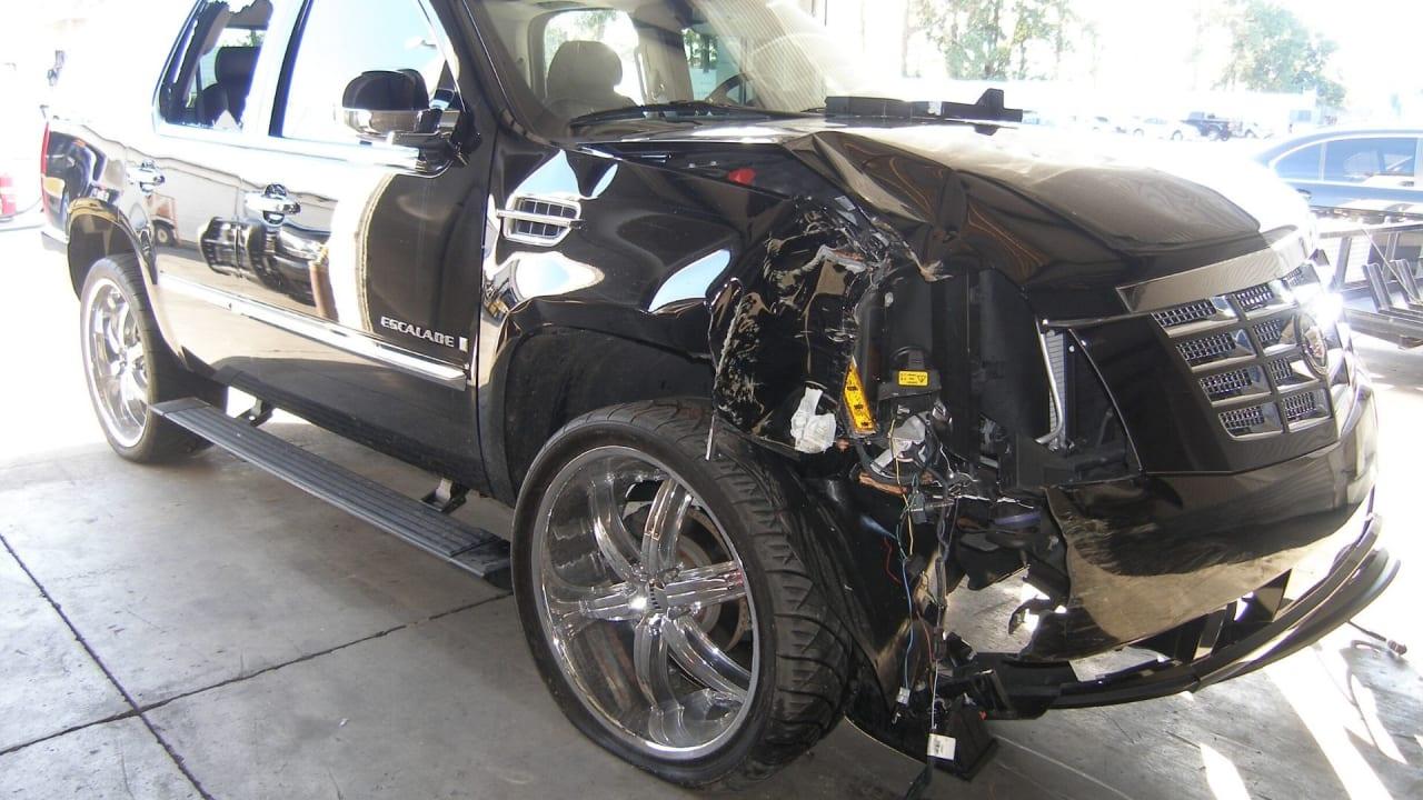 Der Cadillac von Tiger Woods nach dem Unfall. (Bildquelle: Getty)