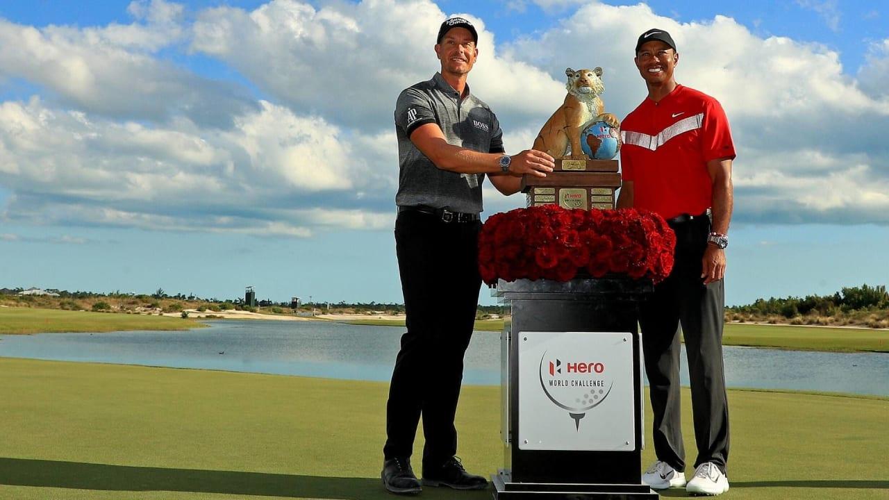 Henrik Stenson (li.) feiert seinen ersten Titel in diesem Jahr und bekommt die Trophäe von Tiger Woods (re.) übergeben. (Foto: Getty)