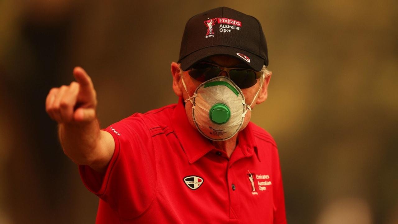 Ein freiwilliger Helfer schützt sich bei der Australian Open mit einem Mundschutz vor dem Rauch. (Bildquelle: Getty)