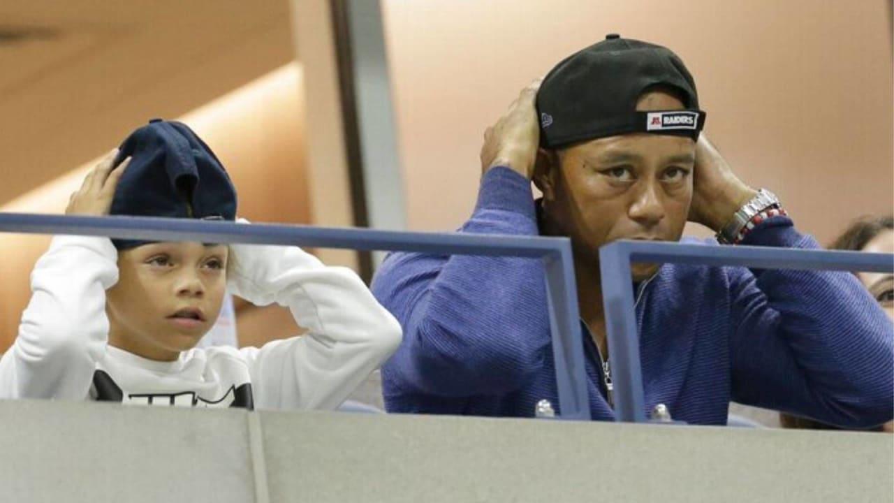 Tiger Woods mit seinem Sohn Charlie beim gemeinsamen Kappen richten. (Foto: Twitter /newszetu)
