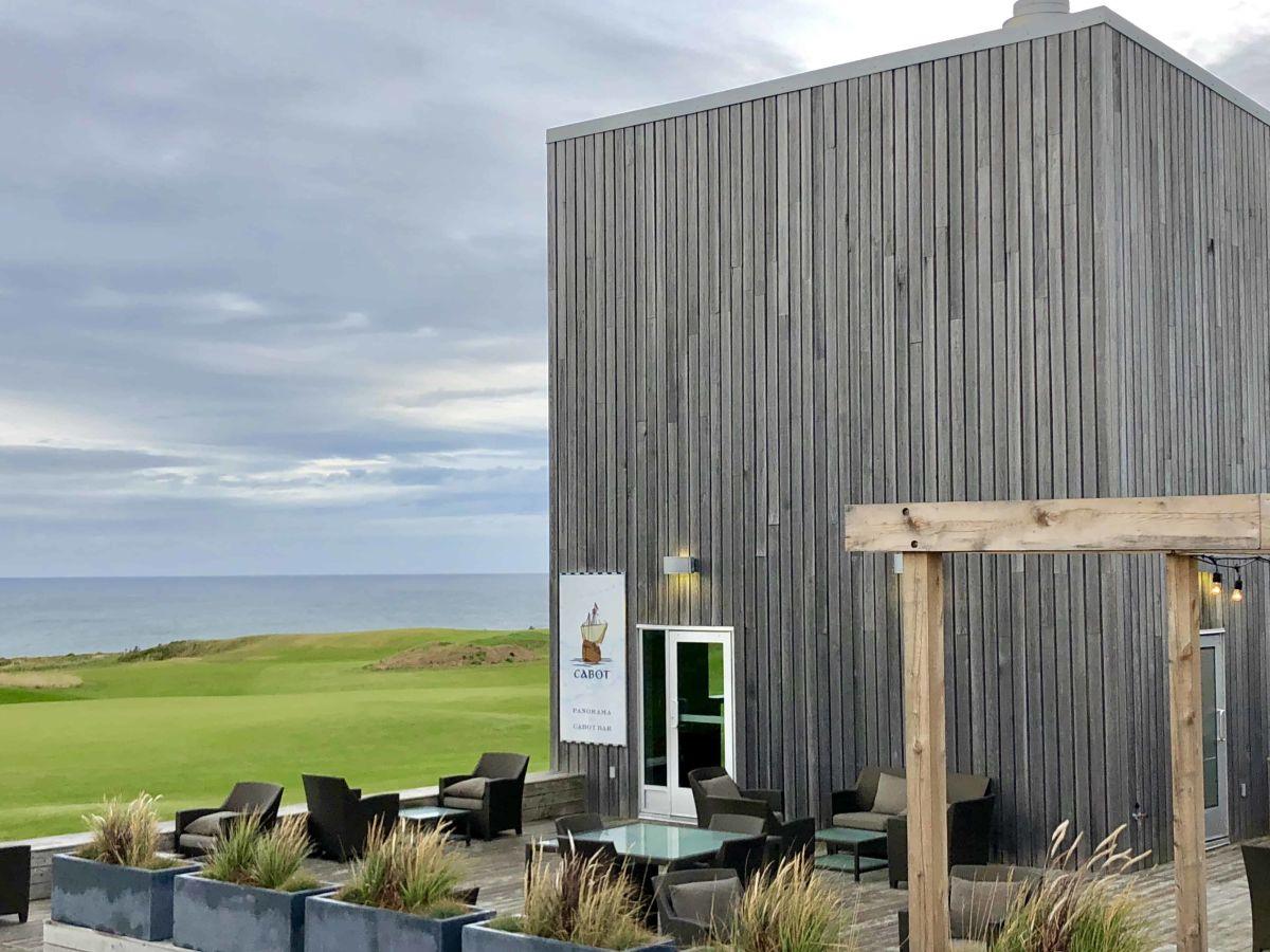 Eingang in die Restaurants des Cabot Links Golf Resort (Foto: Jürgen Linnenbürger)