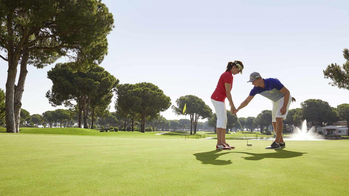 In der Volvo Golf Academy lernen Sie unter professioneller Anleitung Golf spielen. (Foto: ROBINSON)